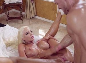 Vampish blondie bombshell enjoys..