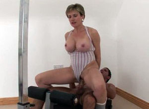 Cougar Girl Sonia pulverizes gym..